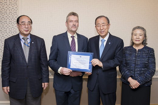 Dr van der Geest receives Staff Award from UN Secretary-General Mr Ban Ki-moon.