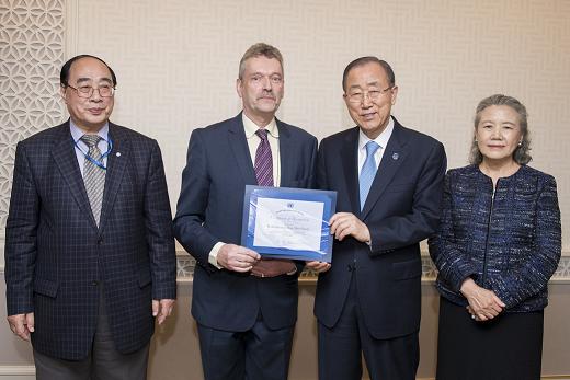 Dr van der Geest receives Staff Award from UN Secretary-General Mr Ban Ki-moon.